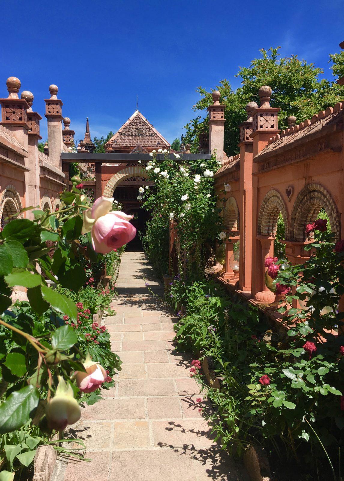 Allée des roses
